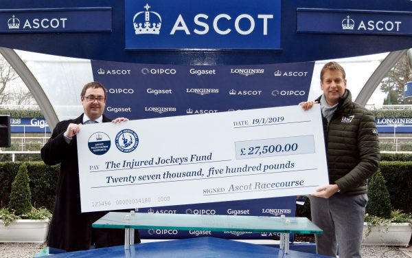 Ed Chamberlin receiving cheque from Nick Smith (Ascot)